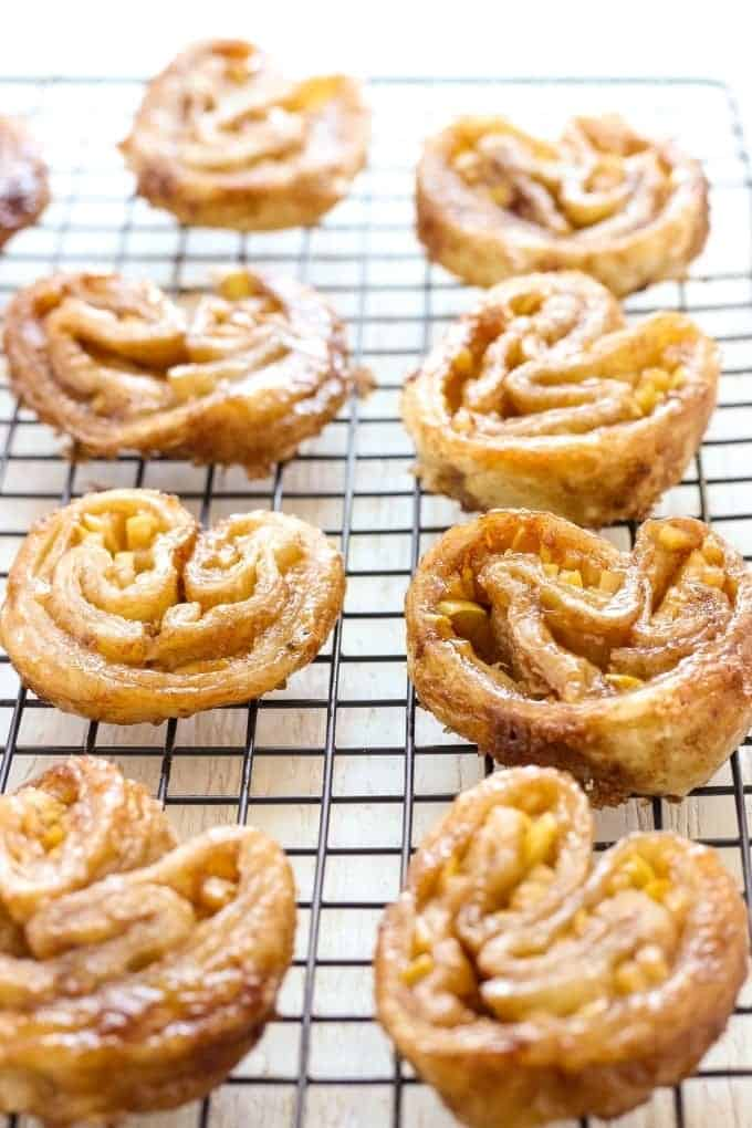 These French Palmiers have only 5 ingredients and are made in no time. Crispy and sweet caramelised puff pastry makes this dessert a perfect little treat.
