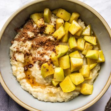 Oats with cacao powder and green apples